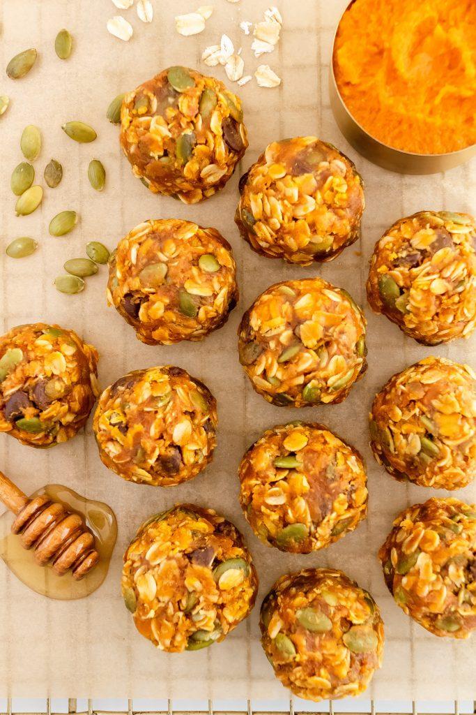 healthy pumpkin cookies with oats, pumpkin puree, peanut butter, honey, pumpkin seeds, and chocolate chips
